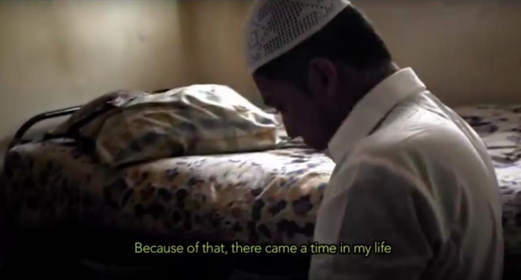作品の中の一場面。ムスリム教徒である彼は、毎日の礼拝を欠かさない。ちなみに撮影期間中はラマダンだったため、ネイジーは断食中だったという。