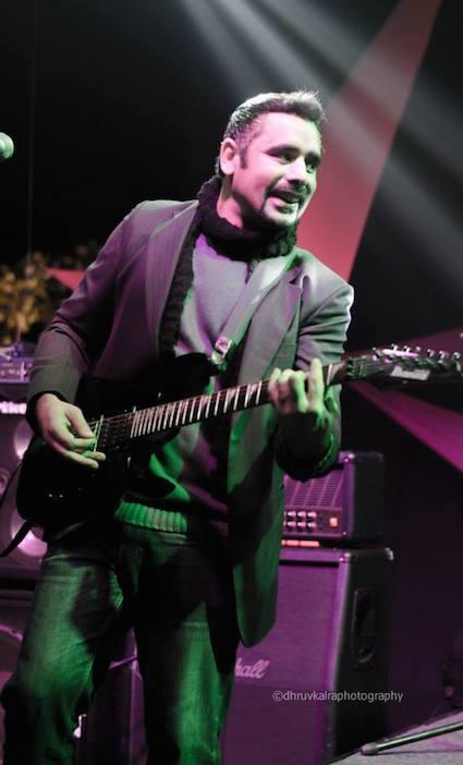 ギターのグルテジ・シン