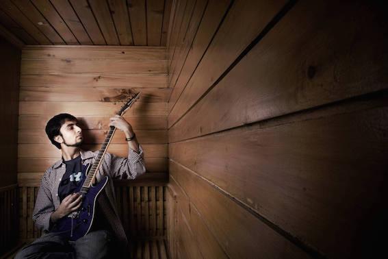 リードギターのヴァルン・ラジプット